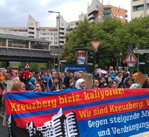 Kreuzberg biziz! Kaliyoruz!